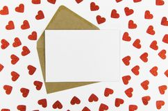 Valentinsgrußtagesrahmen oder -Gutschein mit Herzhintergrund Spott herauf Schablone Ansicht von oben Flache Lage Stockbild