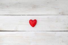 Valentinsgrußtagesrotes Herz auf weißem hölzernem Hintergrund Lizenzfreie Stockbilder