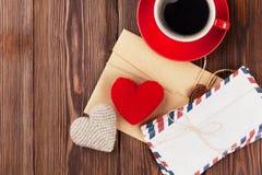 Valentinsgrußtagesspielzeugherzen, -buchstaben und -kaffee stockbilder