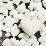 Valentinsgrußtagesweiße Herzen auf hölzernem Hintergrund Lizenzfreie Stockfotografie