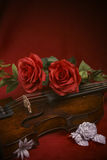 Valentinsgrußvioline mit roten Rosen Stockfotos