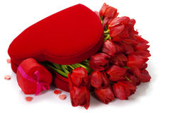 Valentinsgrußzusammensetzung mit roten Tulpen Stockfotos