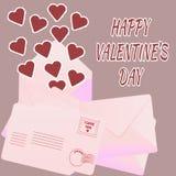 Valentinsgruß ` s Tageskarte mit Umschlägen und Papierherzen Lizenzfreie Stockfotografie