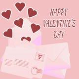 Valentinsgruß ` s Tageskarte mit Umschlägen und Papierherzen auf rosa BAC Lizenzfreie Stockfotos