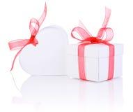 Valentinsgruß-Tagesgeschenk im weißen Kasten und im Band des Herzens roten lokalisiert Lizenzfreie Stockfotos
