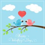 Valentinsgrußhintergrund mit zwei Vögeln und Ballonherzen Lizenzfreies Stockbild