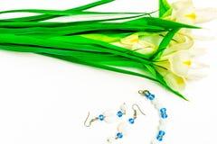Valentinstag, Blumen für Damen und Schmuck stockbilder