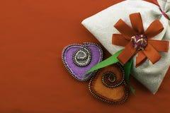 Valentinstag, handgemachte Produkte vom Filz lizenzfreie stockbilder