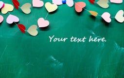 Valentinstag. Herz des Papierhängens am Tafelhintergrund Lizenzfreies Stockfoto