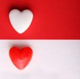 Valentinstag-Karte. Zwei Herzen über den weißen und roten Hintergründen. Stockfoto