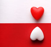 Valentinstag-Karte. Zwei Herzen über den weißen und roten Hintergründen. Lizenzfreie Stockfotos