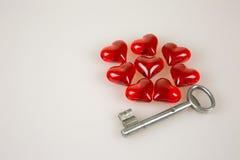 Valentinstag, kleine rote Herzen und Schlüssel lokalisierten Weiß Stockbild