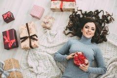 Valentinstag - Konzept Träumen der Frau mit rotem Herzen in den Händen Lizenzfreie Stockfotografie