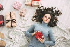 Valentinstag - Konzept Träumen der Frau mit rotem Herzen in den Händen Stockfotografie