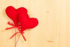 Valentinstag-Reihe, dekorative rote Herzen, die am hölzernen Hintergrund hängen Lizenzfreies Stockfoto