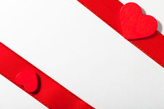 Valentinstag. Rotes Satinband mit Herzen. Kopieren Sie Raum für Text Stockfoto