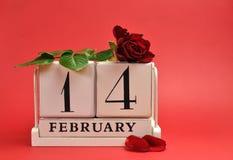 Valentinstag. speichern Sie den Datumskalender mit Rotrose gegen einen roten Hintergrund. Lizenzfreies Stockfoto