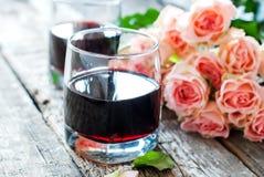 Valentinstag-Stillleben mit Gläsern Rotwein Stockfotos