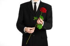Valentinstag- und Tagesthema der Frauen: die Hand des Mannes in einer Klage, die eine rote Rose lokalisiert auf weißem Hintergrun Stockfoto