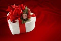 Valentinstag- und Weihnachtspralinenschachtel (auf rotem Hintergrund). Stockfotos