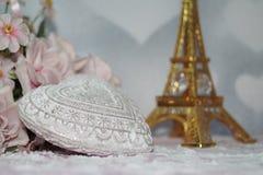 Valentinstag - Valentinsgrußsymbol, -herz und -blumen Stockbilder