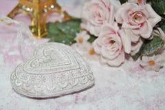 Valentinstag - Valentinsgrußsymbol, -herz und -blumen Stockbild