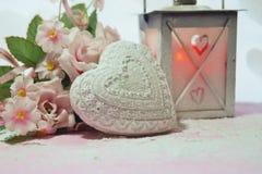 Valentinstag - Valentinsgrußsymbol, -herz und -blumen Lizenzfreies Stockfoto