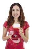 Valentinstagfrau mit einer Geschenkbox in ihrer Hand, die ein Geschenk zeigt Lizenzfreies Stockfoto