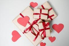 Valentinstaghintergrund mit Geschenkboxen, rotem Band und Herzen Stockfoto