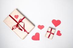 Valentinstaghintergrund mit Geschenkboxen, rotem Band und Herzen Lizenzfreie Stockfotos