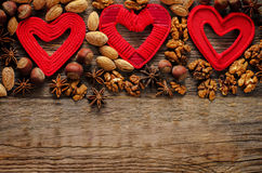 Valentinstaghintergrund mit Herzen und Nüssen Stockfotografie