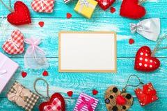 Valentinstaghintergrund mit leerer Karte und Herzen formt auf Holztisch Hochzeitseinladung, Grußkarte für Stockfoto