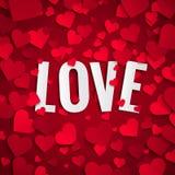 Valentinstagillustration, Liebestext auf Hintergrund mit roten Papierherzen Stockbilder