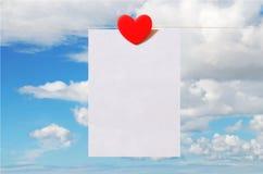 Valentinstagkarte mit Himmelhintergrund Stockbild