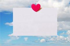 Valentinstagkarte mit Himmelhintergrund Lizenzfreies Stockfoto