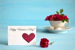 Valentinstagkarten- und -rosenanordnung Lizenzfreie Stockfotos
