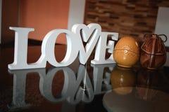 Valentinstagkonzept mit hölzernen Buchstaben lieben, Herzform und zwei das Osterei stockbild