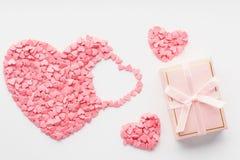 Valentinstagkonzept mit rosa Süßigkeitsherzen und einer Geschenkbox lizenzfreies stockbild