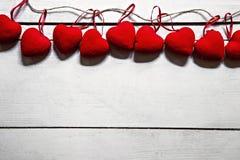 Valentinstagkonzept mit rotem Herzen auf weißer Tabelle stockfotografie