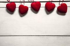 Valentinstagkonzept mit rotem Herzen auf weißer Tabelle stockbild