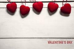 Valentinstagkonzept mit rotem Herzen auf weißer Tabelle stockfoto