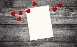 Valentinstagkonzept mit Weißbuch und rotes Herz auf Holztisch stockbilder