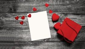 Valentinstagkonzept mit Weißbuch und rotes Herz auf Holztisch lizenzfreies stockfoto
