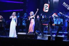 Valeria e Kristina Orbakaite executam na fase durante concerto do aniversário do ano de Viktor Drobysh o 50th Imagem de Stock