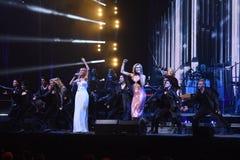 Valeria y Kristina Orbakaite se realiza en etapa durante el 50.o concierto del cumpleaños del año de Viktor Drobysh Fotos de archivo