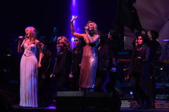 Valeria y Kristina Orbakaite se realiza en etapa durante el 50.o concierto del cumpleaños del año de Viktor Drobysh Imagen de archivo