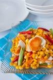 Valerianella con la preparazione piccante-acida salata dell'uovo. Immagini Stock Libere da Diritti
