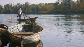 Valesana que rema en un barco italiano típico en el río Tesino en Italia metrajes
