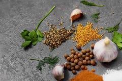 Valet av kryddor, herbsl p? svart stenar tabellen Ingredienser f?r matlagning m?nga bakgrundsklimpmat meat mycket arkivbilder