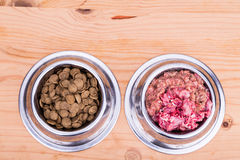 Valet av rått kött eller kibbles hundmat i bunke Fotografering för Bildbyråer